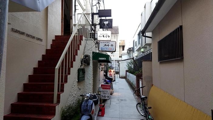 阪急京都線「河原町駅」から歩いて5分ほどのところにある『ELEPHANT FACTORY COFFEE (エレファント ファクトリー コーヒー)』。路地裏にある小さな雑居ビルの二階に位置した秘密基地のようなブックカフェです。表に出ているゾウさんの看板が目印となっています。