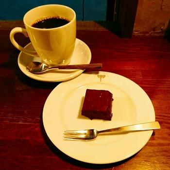 酸味と苦みのバランスが絶妙なコーヒーは、注文してから一杯ずつハンドドリップで煎れてくれます。ミニサイズの濃厚なチョコケーキとの相性も抜群です。