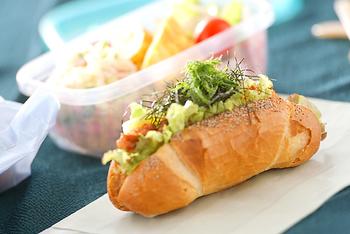 味付けがしっかりしている具材は、ハード系のパンとよく合います。野菜をぎっしり詰め込んで栄養面も抜かりなく。