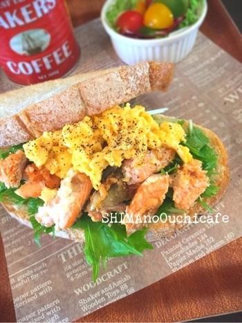塩麹サーモンで作る自家製鮭フレークを使ったレシピです。粗めにほぐしておけば、サンドイッチにしても食べごたえが出ますよ。