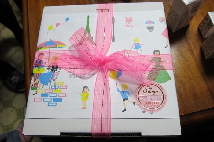 包装がまた、なんとも素朴で懐かしいデザイン。ピンクのリボンもいいですよね。やさしい気持ちにさせてくれる包みをもって帰れば、家族も笑顔になってくれるはず♪