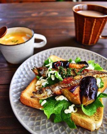 そのまま焼くことが多いししゃもですが、南蛮にすれば日持ちのする作り置きおかずになります。サンドイッチにする場合は、オニオンスライスやらっきょうを添えても◎です。