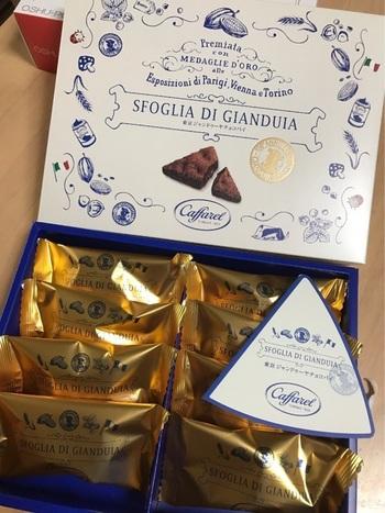 カファレルの「東京ジャンドゥーヤチョコパイ」。箱もとてもかわいらしくて、1つ1つ金色の袋に包装されています。