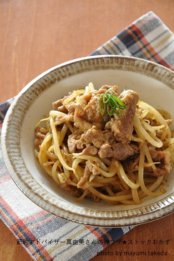 もやしと豚コマだけのシンプルな炒め物。カレー粉やお酢などの効果で日持ちしやすくなり、冷凍保存もできます。汁気をしっかり飛ばすのがおいしく冷凍するコツ。沢山作っておけば、時間がない日のお弁当や夕食に使えて便利ですよ◎