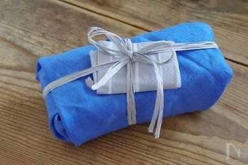 包む布の大きさが少し足りなくてうまく結べないかな?という時は、お弁当をしっかりくるんだあと、リボンやラフィアでキュッと結んでしまいましょう♪ペーパーナプキンを挟むとオシャレっぽさがよりアップします。