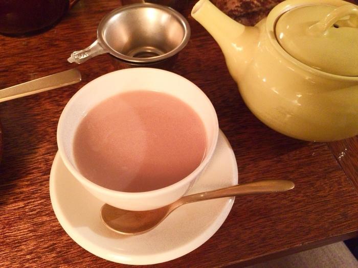 スリランカより厳選輸入した自慢の紅茶の数々。 深く、濃く淹れた紅茶にはミルクをたっぷりと入れて楽しむのがマヒシャスタイルです。