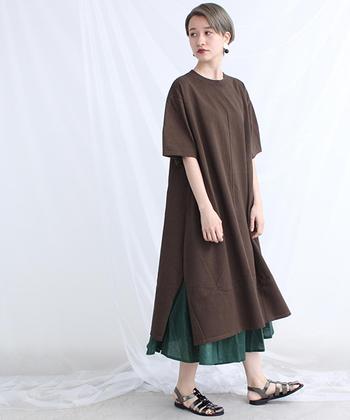 グリーンのスカートを仕込み、シックな装いに差し色をプラス。サイドのスリットから覗く様子がさり気なくて小粋♪