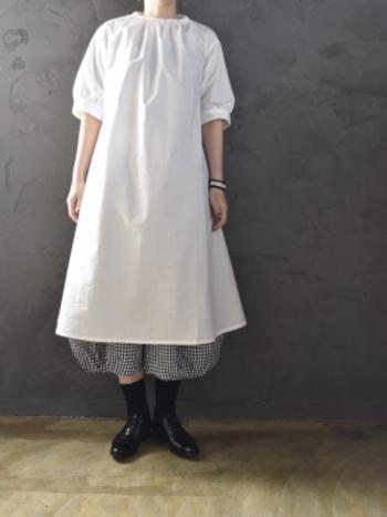 裾にかけて広がるチュニックなら、丸みのあるバルーンパンツをセットするのも素敵。アイテム一つ一つはシンプルでも、遊び心のある装いが完成します。