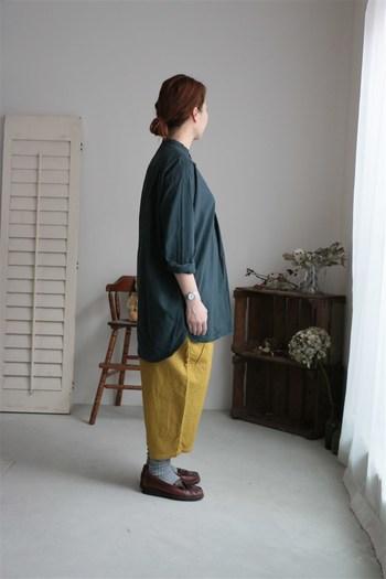 明るい色のパンツにすると、パッと華やかで軽快な雰囲気に。上下にボリュームがあっても、重さを感じさせることなく軽やかにまとまります♪