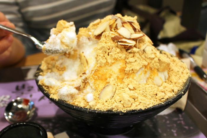 """「ソルビン」は、韓国でも古くから愛されている""""ハッピンス(小豆かき氷)""""と""""インジョルミ(きな粉餅)""""を組み合わせた新感覚デザート。発売してすぐ、爆発的に人気のスイーツとなりました。粉雪のようなフワさら食感の雪氷にトッピングされた""""きな粉餅""""の組み合わせは、口コミで大ブレーク。なんと、たったの1年で韓国に490店舗まで事業拡大した強者デザートになんです!"""