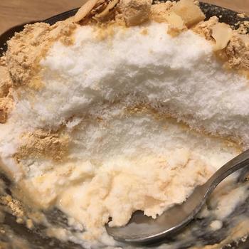 氷自体はほんのりミルク味。トッピングにはたっぷりのきな粉と四角く切ったお餅がのっています。ふわふわサラサラの氷の中には練乳が潜んでいます。その練乳と氷を混ぜながら食べすすめて下さいね。日本人にも馴染みのある食材ばかり使っているので、好きになってしまうこと間違いなしです!