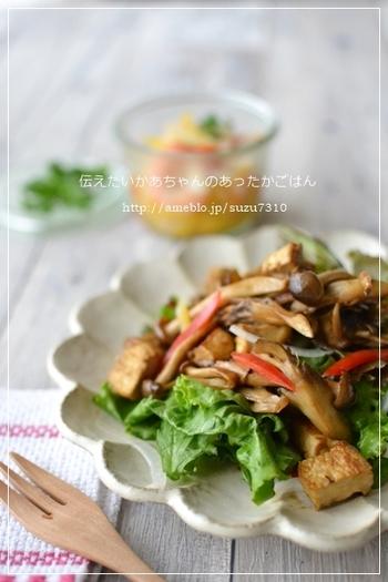 きのこと厚揚げを炒めて生野菜の上に乗せるだけのおかずサラダ。キノコも厚揚げもしっかり味付けをして食べ応えがあるのでお腹も満足!ランチにもお薦めです。