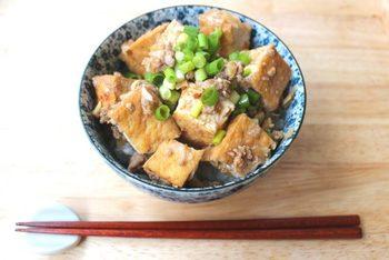 麻婆豆腐ならぬ麻婆厚揚げ。元は同じお豆腐ですから美味しくないわけがありませんね。こちらは電子レンジで調理するので「暑くて火を使う料理なんてしたくない!」ときにもお役立ち。焼肉のタレを使うので細かい調味料の分量を計量したり・・といった手間も省ける時短レシピです。ご飯の上に乗せれば立派なごちそうのできあがり!