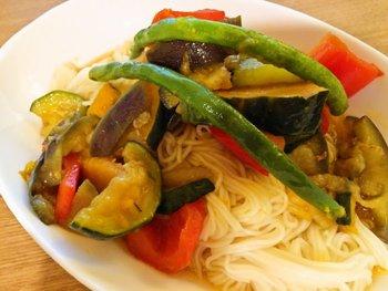 揚げびたしとは野菜を素揚げしてひたし地につけこむ野菜料理。こちらは揚げ焼きにして調味料にひたせばOKの時短レシピ!このままでも美味しいですが冷やして素麺の付け合わせにするのも◎ついつい暑いと麺類に頼りがちですがこんなにお野菜がいっぱい摂れれば栄養面もばっちりですね。