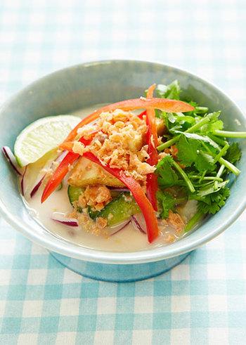 宮崎県の郷土料理、冷や汁は夏にぴったりのスープメニュー。こちらはパクチー、ナンプラー、ピーナッツなどを使ったエスニック風。素麺やおうどんに掛けてもさっぱり美味しく頂けます。