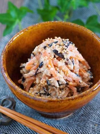 白和えはお豆腐を使うのが通常のレシピですが、厚揚げを使えば水切り不要で揚げ部分も活用でき、ボリュームのあるおかずに。味付けにマヨネーズを使うのでお子さんにも食べやすいレシピになっています。