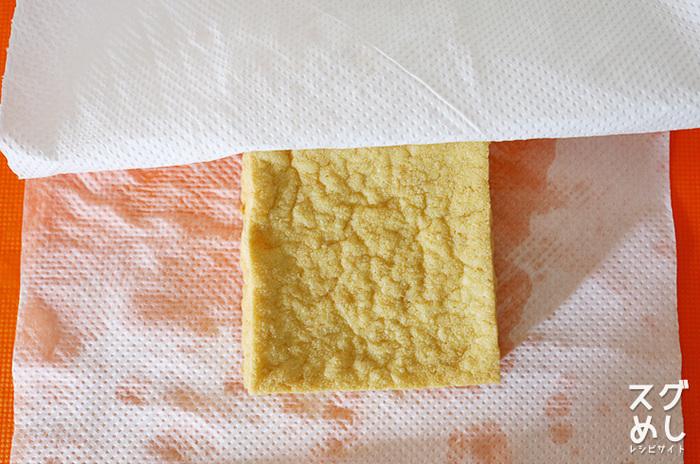 下ごしらえのための時間がないときはクッキングペーパーで油をふき取るだけでもOK。少し余裕があるときは『油抜き』をするといいですよ!大幅なカロリーカットになりますし、表面の油を取り除くことによって味が染み込みやすくなるそうです。油抜きは沸騰した鍋の中で1~2分振り洗うように茹でてから水気を切るだけで、何も難しいことはありません。