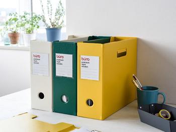 こちらは、シンプルで使いやすいステーショナリーを発信しているburo(ビュロー)のファイルボックス。 デスクの上は、散らかりがち。乱雑に置かれた書類をすっきりと整理整頓したり、参考書や辞書など、よく使う本を収納するのにとっても便利です。