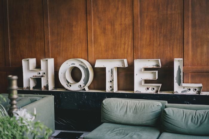 さて、お次はホテルでの必須フレーズです。ホテルに到着したら、まずフロントで「I would like(I'd like) to check-in. (チェックインをお願いします。)」と伝えましょう。その後に、レセプションから「Of course. Could you please give me your name?(承知いたしました。お名前をお伺いします。)」と名前を聞かれると思うので、そこで「My name is 〇〇(名前は〇〇です)」と伝えてくださいね。