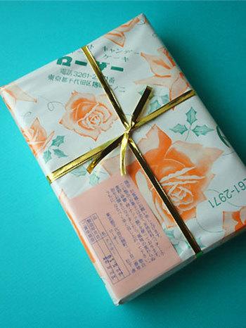 包装紙が、またなんとも言えないレトロな風合い。ローザーの名にふさわしいバラの花のデザインです。長年、真面目に丁寧な仕事をしているお店だということが伝わってきますよね。