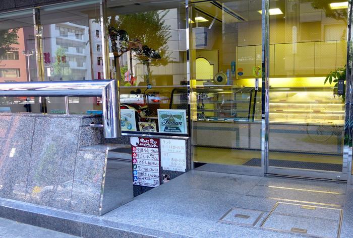 半蔵門駅近くにある「ローザー洋菓子店」は、創業80年以上の老舗洋菓子店。オフィスや公的施設が建ち並ぶ街で、昔からの常連さんたちが通い続けているそう。