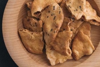 醤油屋さんの伝統的な醤油を使った割れせんべいは、しっかり味が染みていながらも、うるち米の繊細な味わいを感じられる一品。甘いものだけでは満足できないときや小腹が空きそうな予感がする日は、お煎餅を持ち歩いてみては?