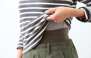 まずは「腹巻き=おしゃれじゃない」という先入観を変えていきましょう。確かに、腹巻きと聞くとおじいちゃん・おばあちゃんが着ているイメージを持ってしまうという方は多いと思います。でも今は腹巻きをおしゃれに着こなす、意識の高い女子が増殖中なんです!