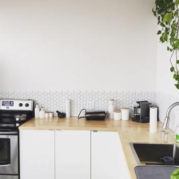 料理中、すぐ手に取れるところに置いておきたい調味料類。容器がバラバラだと、雑然とした印象になってしまいます。 しかし、裏を返せば容器を統一するだけで見違えるということ。まずはきれいに整理整頓されたキッチンを作りましょう。