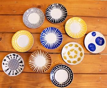 お皿はお料理の「額縁」のような存在。合わせるお皿によって、お料理自体の雰囲気や見映えがガラっと変わりますので、いろんな柄や種類のお皿を集めておくといいですね。 今回は、朝食や昼食などの時間にごとにわけて食事を美味しく見せる器をご紹介していきます。