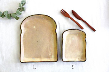 見ているだけで朝食に使いたくなるこちらのお皿は、食パンの形が斬新で可愛いデザイン。大きいLサイズに食パンを、Sサイズにはウインナーや卵焼き、サラダなど盛り付けて朝から笑顔が溢れる食卓に。