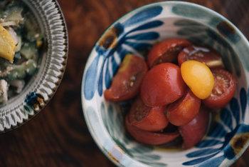 こちらは沖縄の伝統を受け継ぐ「育陶園」の、小皿と小鉢。一見、華やかながら、食材そのものの色味を引き出してくれます。使い手のことを考えて作られた器だからこその使い勝手の良さが特徴です。気づけば毎日食卓に…なんてことも。