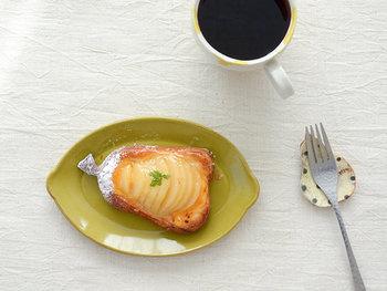 レモンをモチーフにしてつくられた素朴な楕円型の器です。素朴ながら存在感のある独特の深い色味が、ちょっとしたスイーツにぴったりマッチ♪可愛らしくも上品な器を選べば、優雅なおやつタイムを過ごせそう。