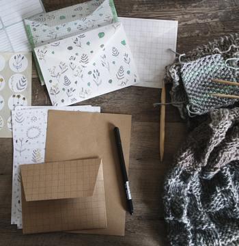 今回は、手紙を書く時の必需品。おすすめの「便箋&封筒」を集めてみました! 相手が封筒をあける、その瞬間を想像しながら…お気に入りのひとつを選んでみましょう♪