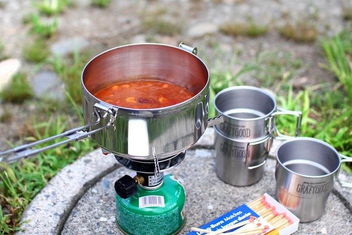"""デイリーユースのお弁当箱としてだけでなく、アウトドアクッキングで片手鍋としても活躍するステンレス製の""""BENTO CAMPING POT""""。直火調理できるので、手作りのお弁当を温めてもいいですし、下ごしらえした食材を詰めてその場でひと手間加えるのもおすすめです!丸型は大容量の1100ml。アウトドア料理として定番のカレーであれば、3~4皿分を持ち運べます。"""