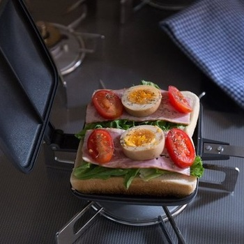 """食パンに好きな具をはさんで4分間焼くだけで、熱々のホットサンドがつくれる調理器具""""バウルー""""。真ん中にラインが入るので簡単に2等分できます。ピクニックや山登りなどにも持参して、子供も大人も一緒に美味しいサンドイッチを楽しんで♪"""