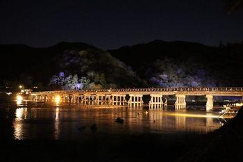 京都の灯りイベント「京都・花灯路」は、春と冬の2回。春は東山、冬は嵐山で開かれます。渡月橋がライトアップされるほか、竹林の小径(こみち)など冷たい空気だからこそ、美しさの中に厳かな雰囲気を感じることができますよ。