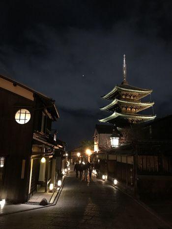 清水寺のある東山地区は、例年春に「東山花灯路」が開催され、石畳の道脇に灯籠がおかれて、しっとりとした雰囲気を楽しめますよ。次回(来年)開催は公式サイトなどで確認してみてくださいね。