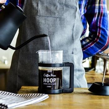 この機会に自宅でもアウトドアでも使えるコーヒープレスをそろえておくのも◎。油分などのコーヒー豆本来の味わいを引き出せるので、話題のスペシャルティコーヒー・シングルオリジンコーヒーなど、こだわりの味を楽しみたい方には特におすすめです。  コーヒープレスは決められた分量を守って豆にお湯を注ぐだけなので、誰でも簡単に美味しいコーヒーを淹れられますよ!