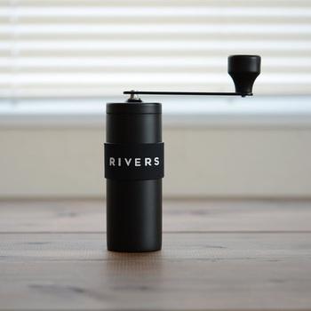 美味しいコーヒーを淹れるためには、コーヒーを淹れる直前に豆を挽くのがPOINT!「RIVERS」のコーヒーグラインダーはコンパクト&シンプル構造でキャンプやハイキングにもぴったりです。  刃は、豆本来の味を損なわずに挽くことができるセラミック製。ダイヤルで粗挽き~細挽きまでの調整も簡単に出来ます。また、上刃を固定することで粒度を一定に保つことが可能に!日によって美味しさにバラつきがあるということも防げます。