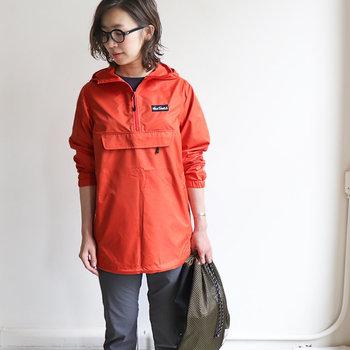 フロントの大きなポケットが可愛らしいジャケットは、アメリカを代表する登山家2人が1981年に始めたブランド「WILD THINGS(ワイルドシングス)」のもの。  パッカブルタイプなので小さく収納することができ、持ち運びにも便利◎!スポーティーすぎないシンプルなデザインなので、鮮やかなカラーをセレクトしても大人っぽく着こなせます。