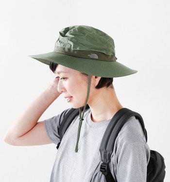 アウトドアブランド「ノースフェイス」が女性向けにデザインしたUVケア機能を持つサンシールドハット。長めのつばも紫外線から顔や首周りを保護してくれます。形崩れしにくい素材は撥水性があり、通気性もしっかり確保。あご紐を外せばタウンユースとしてもバッチリです。
