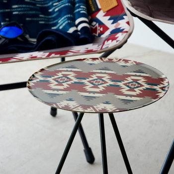 世界的なアウトドア・ファーニチャーブランド「Helinox(ヘリノックス)」のミニテーブル。アメリカの大自然からインスパイアされたネイティブデザインが目を惹きます。専用の収納袋が付いているので、ポールをはずせば持ち運びも楽ちん♪