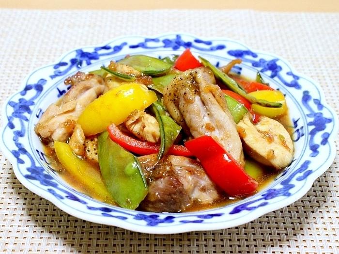 鶏むね肉ともも肉、両方を使った甘酢あんかけです。鶏肉は厚めにカットして食べごたえをアップしています。パプリカも鶏肉の大きさに合わせてカットすると見栄え良く仕上がります。