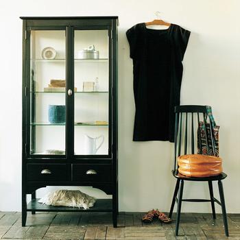 レトロで素敵な「ガラスの戸棚」。お部屋の雰囲気をがらりと変えてくれるような、そんな素敵な出会いがあったのなら、あなたならどんな風にお気に入りを飾りますか?