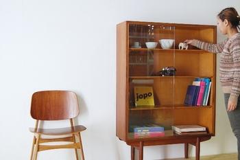 「ガラスの戸棚」を使ったとっておきのインテリアコーディネート、そしてお気に入りがきっと見つかる、レトロな家具を取り扱うショップを合わせてご紹介します。