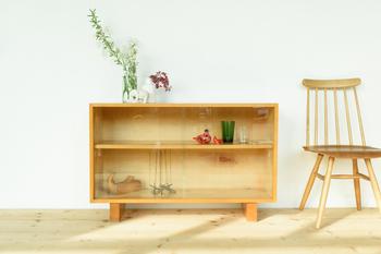 飾る物を主役にしてくれる、シンプルなデザインの木製の戸棚。どんなインテリアにもすっと馴染みつつ、きちんとこだわった空気感を作り上げてくれます。