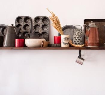 お気に入りの食器やキッチンツールは、雑貨のように飾ってみてはいかがでしょう。頻繁に使うものだったら埃もかぶりにくく、出しておけば使い勝手がいいので一石二鳥です。