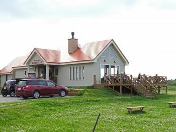 広い空と緑が広がる風景の中に、洋館風のおしゃれなお店が建っています。テラス席の前にはブルーベリー畑が広がっていて、7月下旬〜8月下旬にはブルーベリー狩りも実施。通年営業しているので、冬には薪ストーブにあたりながらアイスを…なんて贅沢も楽しめます。