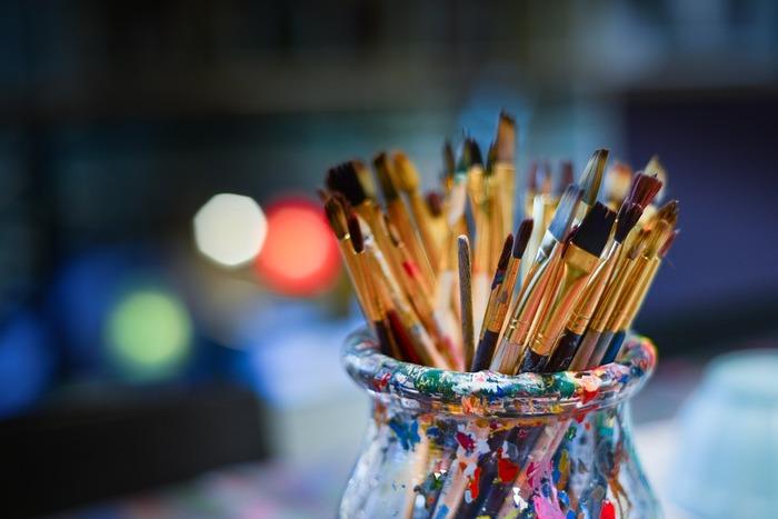 作品の見た目はもちろんですが、作品に込められたストーリーや、作品を描いた画家の生い立ちを知ることも、作品を好きになるきっかけのひとつになります。お気に入りの作品があったら、その絵が生まれるまでのことを知るのも楽しいですよ。