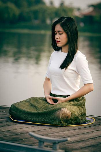 そんなストレスに負けてしまいそうな毎日に取り入れてほしいのが「瞑想」法。近年、心身の健康を保てるという側面から非常に注目を集めています。